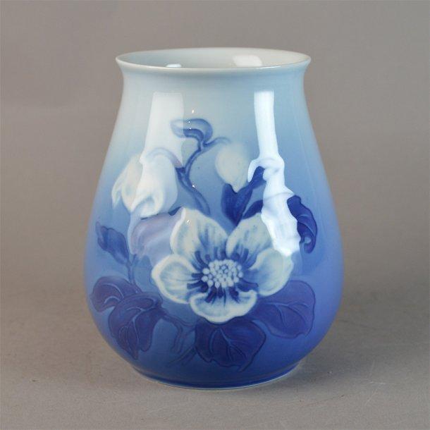Vase. nr. 202. 12 cm. Julerose. Bing & Grøndahl.
