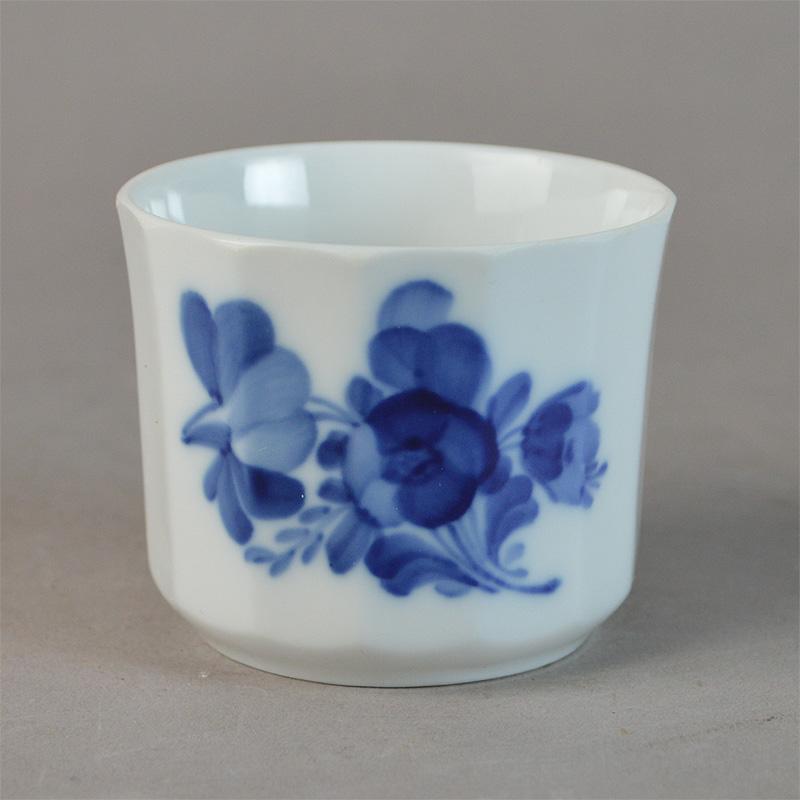 Creamekop uden hank . nr. 8566. 5,5 cm. Blå Blomst, kantet. Royal Copenhagen.