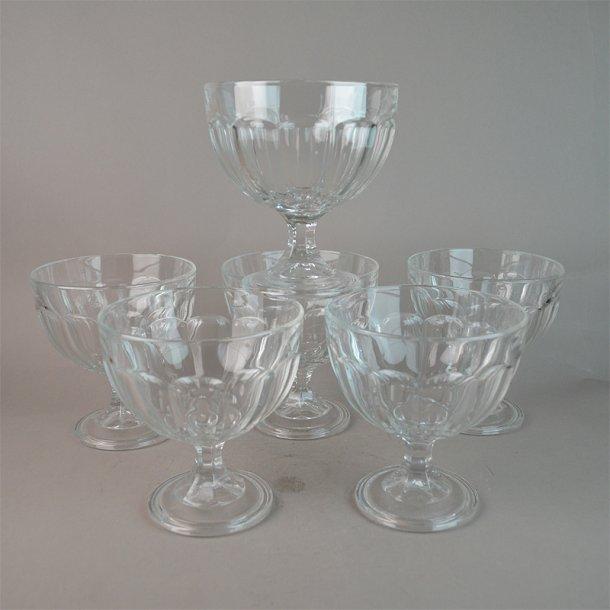 6 Isglas i presset glas. 13 cm. Ukendt oprindelse.