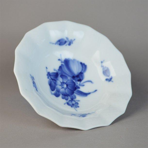 Asiet, bølgekant. nr. 8007. 14,5 cm. Blå Blomst, flettet.
