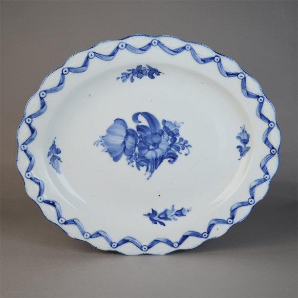 Frugtkurvs fad. oval. nr. 8200. 27,5 cm. Blå Blomst, flettet.