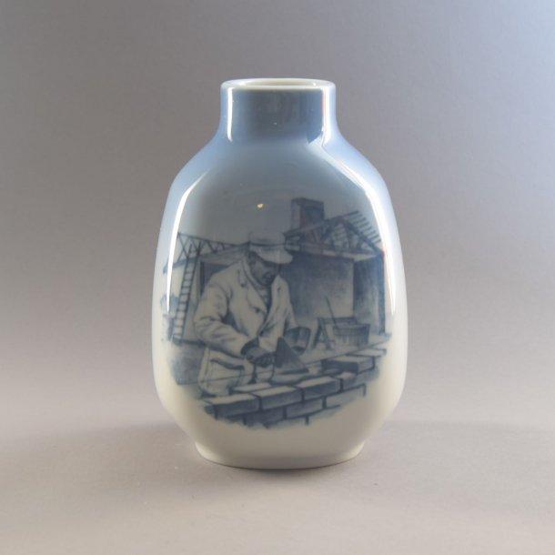 Vase med Murer. nr. 5582. 17,5 cm. Royal Copenhagen.