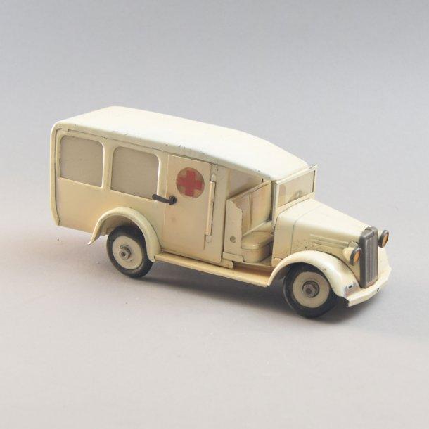 Ambulance, hvid. Røde kort i blik. Tekno Danmark.