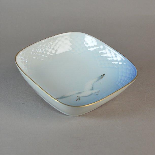Asiet, kvadratisk. nr. 194. 11 cm. Mågestel med guld.