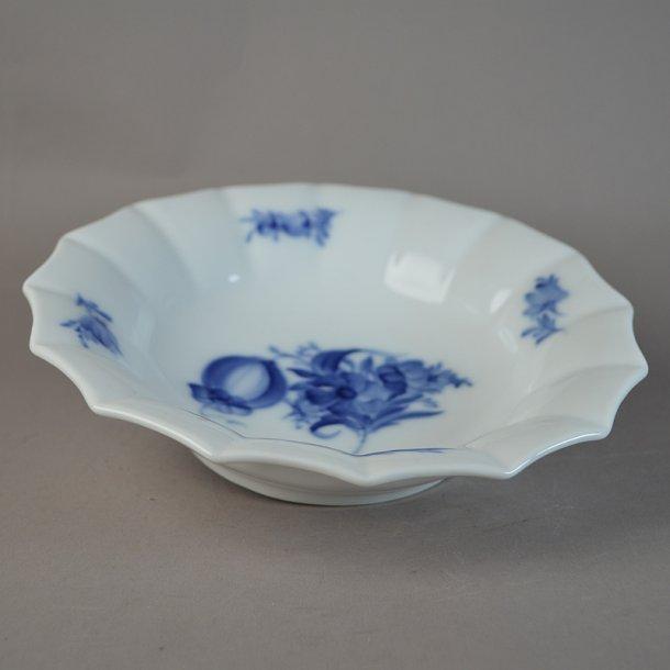 Asiet, rund, stor. nr. 8557. 21 cm. Blå Blomst, kantet.
