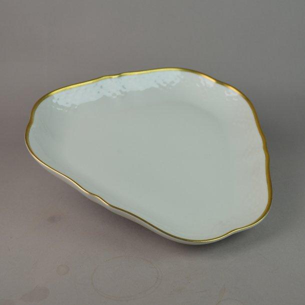 Asiet, trekant. nr. 40. 23 cm. Aakjær stel, creme. Bing og Grøndahl.